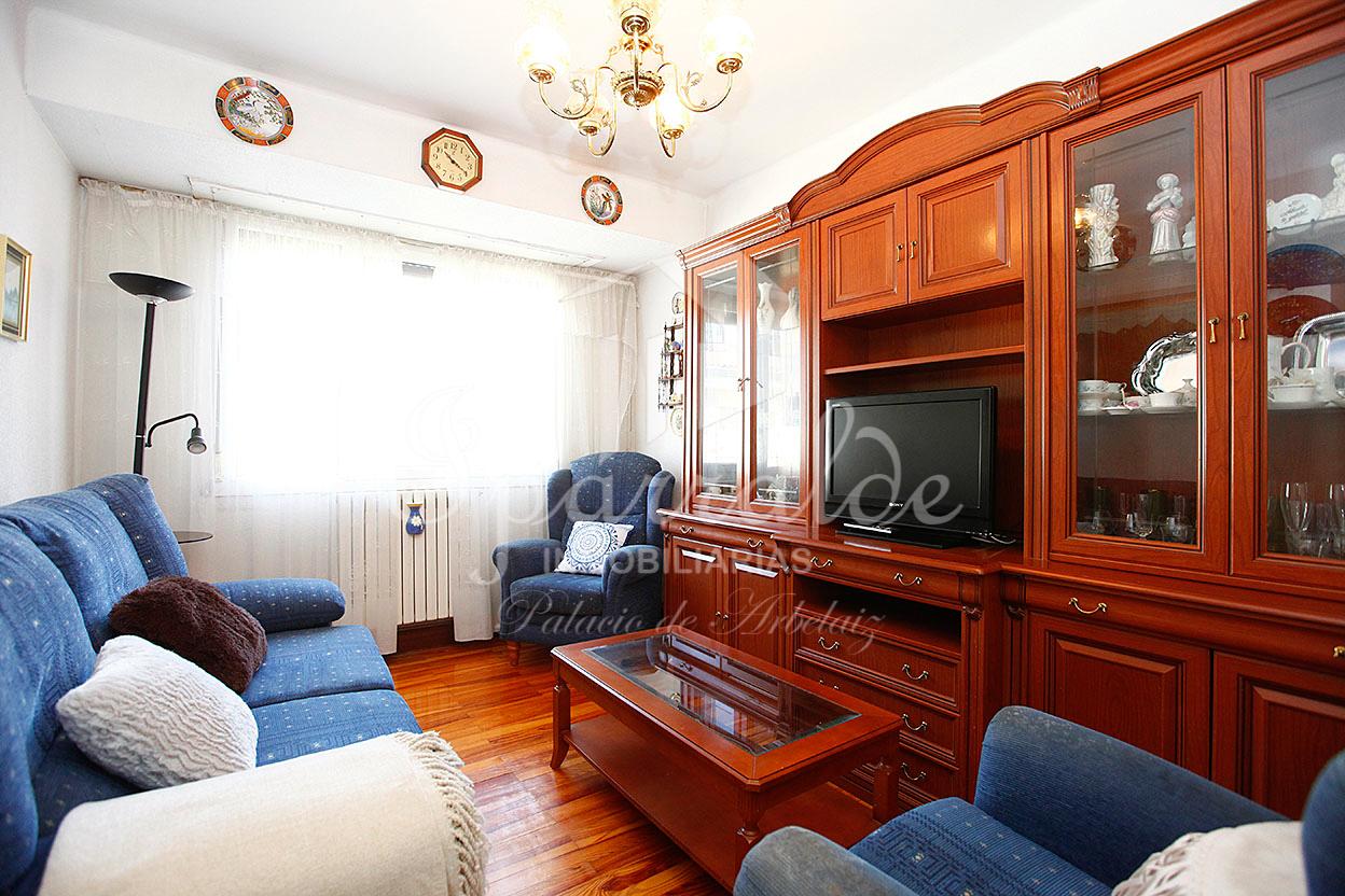 Amplio piso de 66m² con dos habitaciones amplias, cocina grande individual, baño completo y balcón.