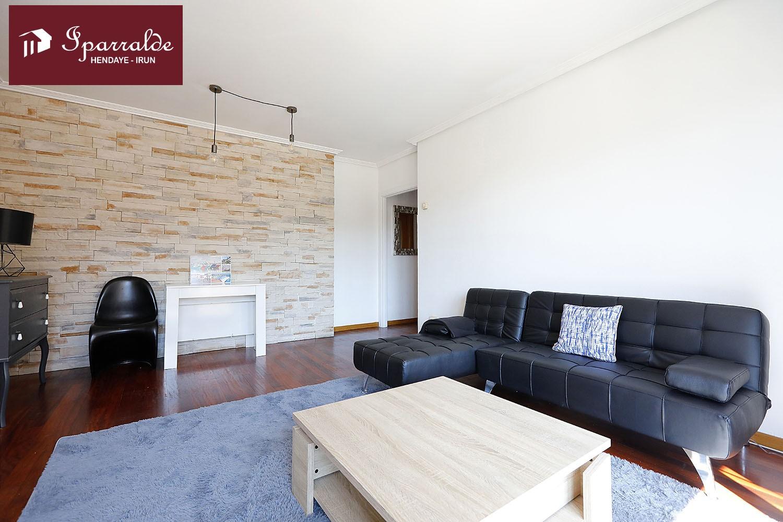 Bonito piso de 3 habitaciones, 2 baños, salón-comedor y cocina independiente orientado al sur.