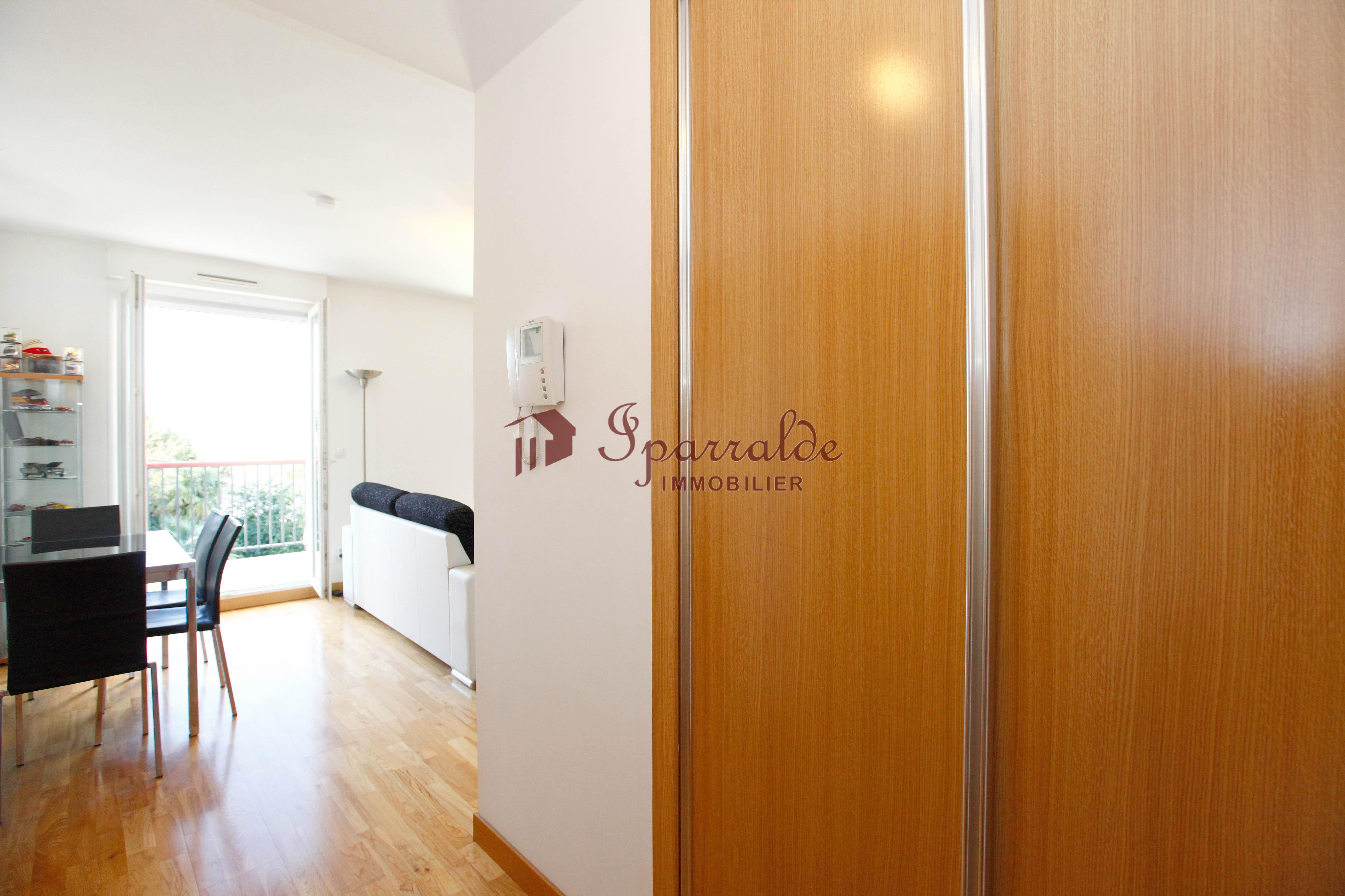 En edificio de prestigio y de 2010, vivienda de 1 habitación con soleada Terraza.