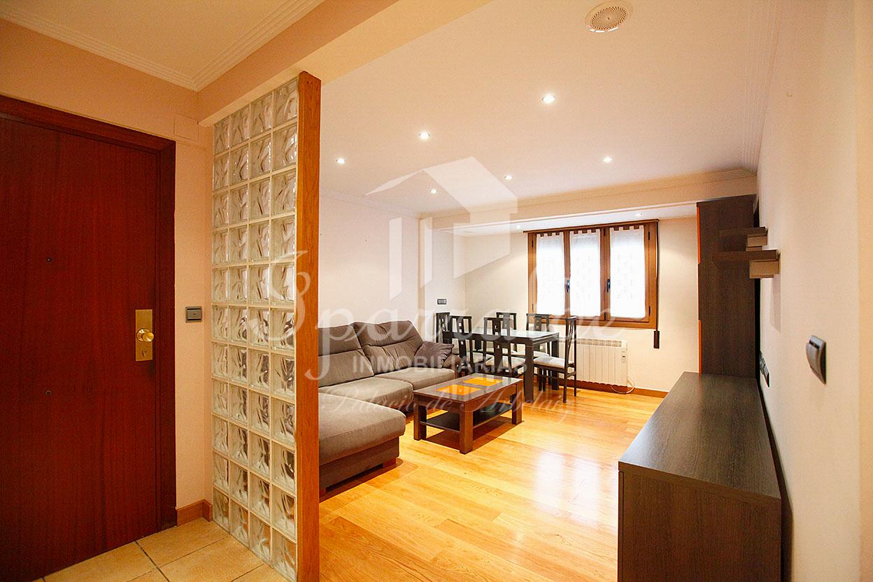 Bonito piso de 82 m2 con 2 habitaciones, todo exterior, en zona céntrica y bien comunicada de Irún. IncluyeTrastero.