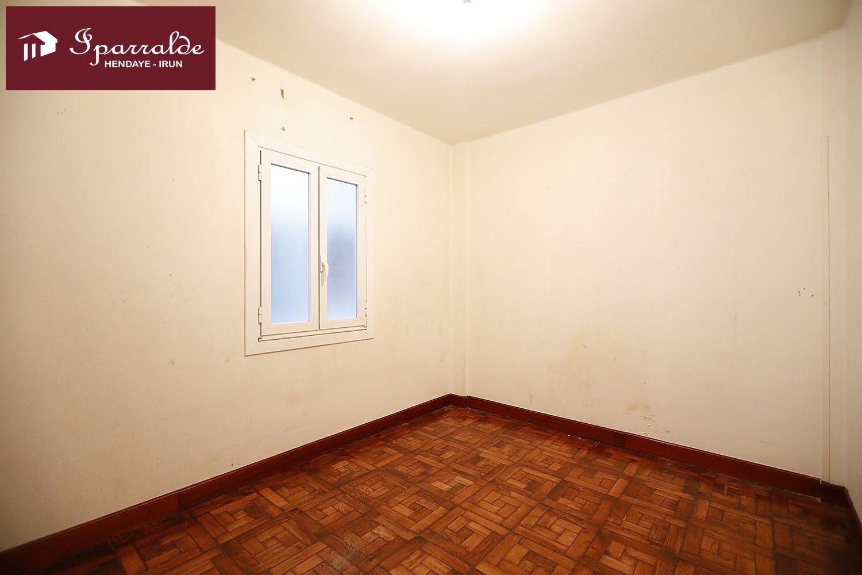 Piso de 86 m2 ,  a reformar en la calle Aduana de Irún, con vistas a la Plaza XII .