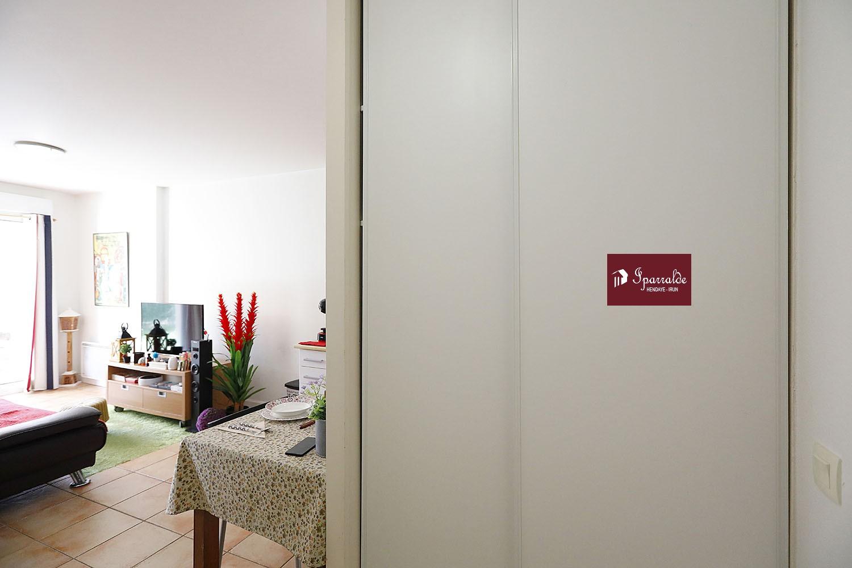 Ofrecemos ayudarlo en la compra de un apartamento tipo F2 en la planta baja con una hermosa terraza, en la ciudad de Hendaya. En 33,55m², el interior incluye un dormitorio, un baño, un salón de 19m² y una zona de cocina. La construcción data de 2005. Las playas están a 5 minutos. Este apartamento le ofrece el beneficio de un espacio de almacenamiento en el sótano. La tranquilidad del lugar está asegurada gracias a las ventanas de doble acristalamiento. La propiedad da acceso a estacionamiento. El precio de venta propuesto por su agencia inmobiliaria IPARRALDE IMMOBILIER asciende a 155.000 euros. Si está buscando una primera propiedad para adquirir, no dude en venir a ver este alojamiento. Póngase en contacto con su agencia IPARRALDE INMOBILIARIA ahora para obtener más información.