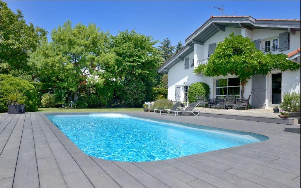 Espectacular villa individual de 5 habitaciones, cerca de la Playa con Jardín y Piscina.