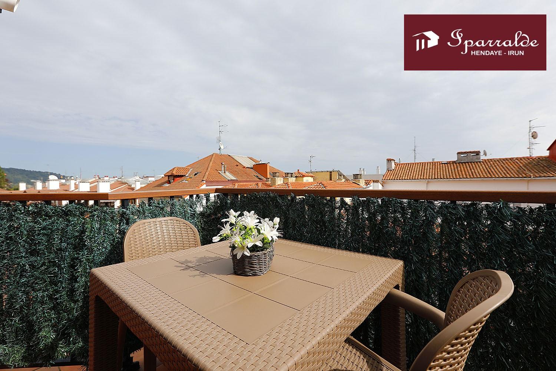 Bonito y soleado piso en esquina en pleno centro urbano de Hondarribia.