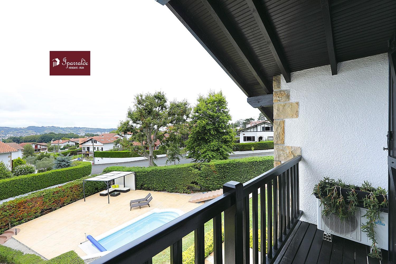 En Hendaya, date el gusto de vivir en  esta Villa Independiente con 6 estancias, Jardín, Piscina y Terraza.
