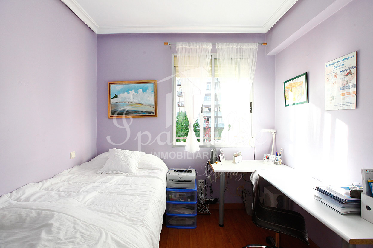 Bonito piso de dos habitaciones para entrar en la zona de Larreaundi, de Irún. IMPECABLE