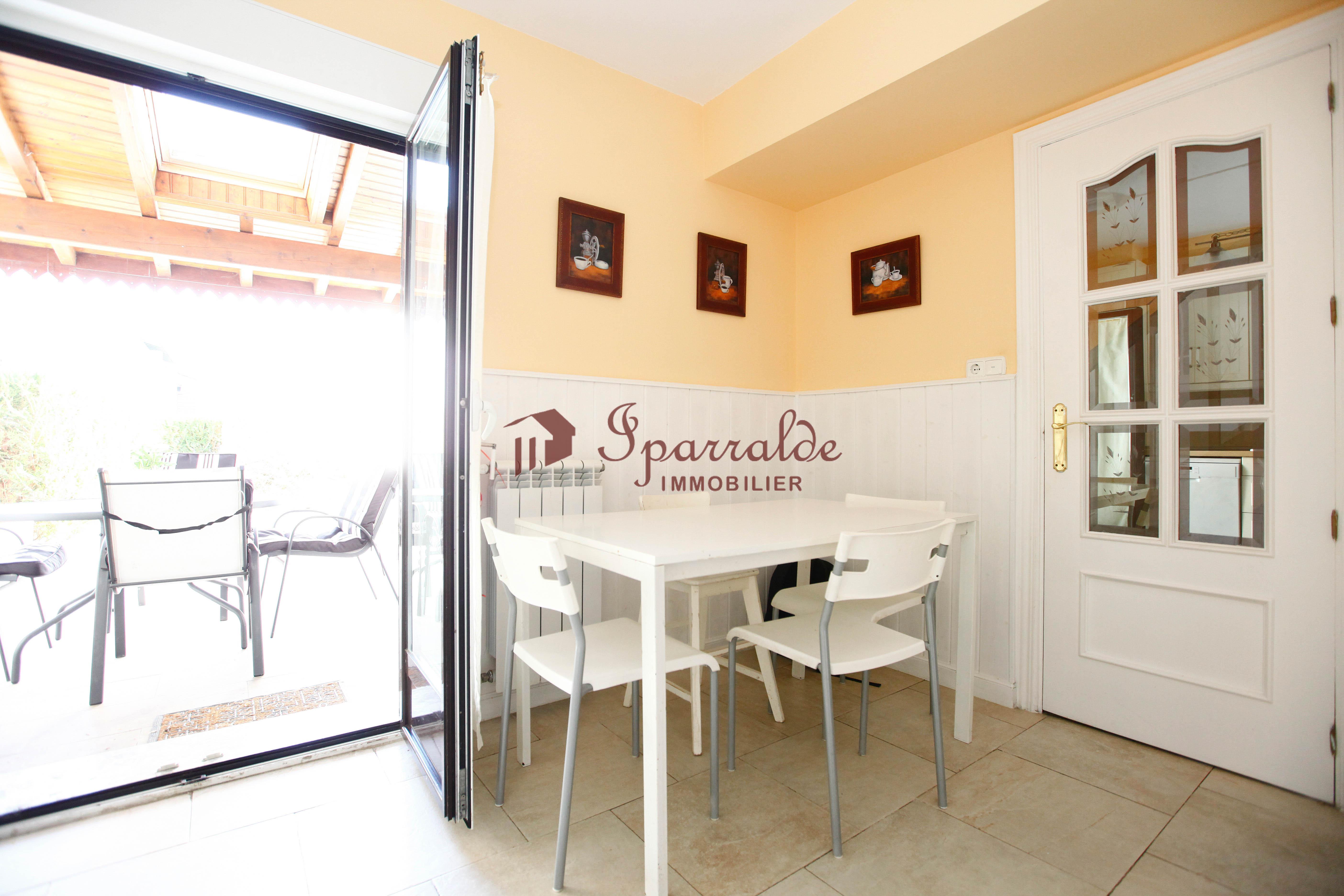 bonito adosado en Hendaya con 3 habitaciones, garage y jardín privado, muy bien conservada.