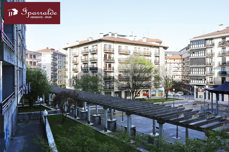 Bonita y amplia vivienda en zona céntrica  y comercial. Bonitas y despejadas vistas.