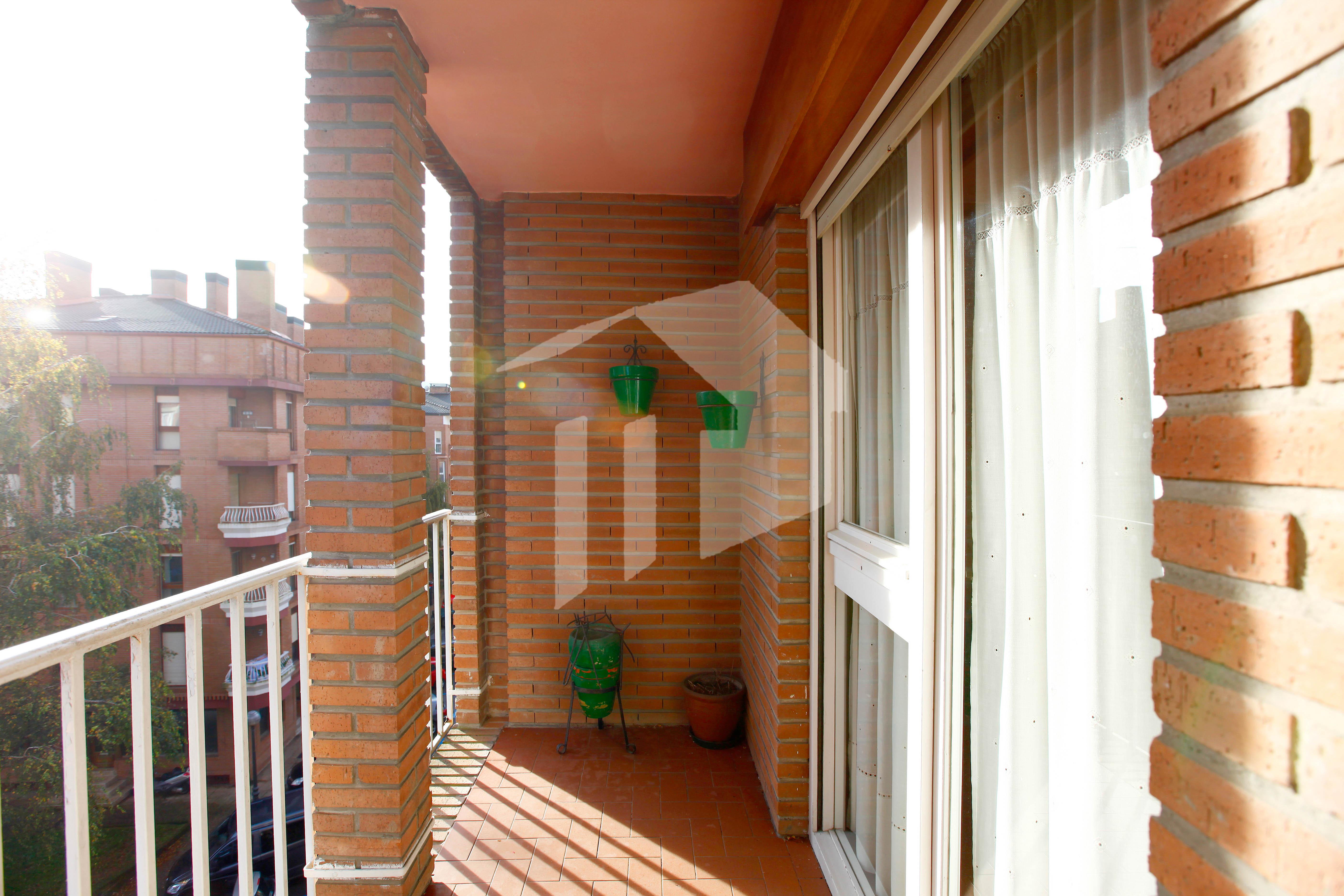 Bonito piso de dos habitaciones en la zona de ANZARÁN de Irún. El piso es muy luminoso, con una orientación Oeste y  exterior.