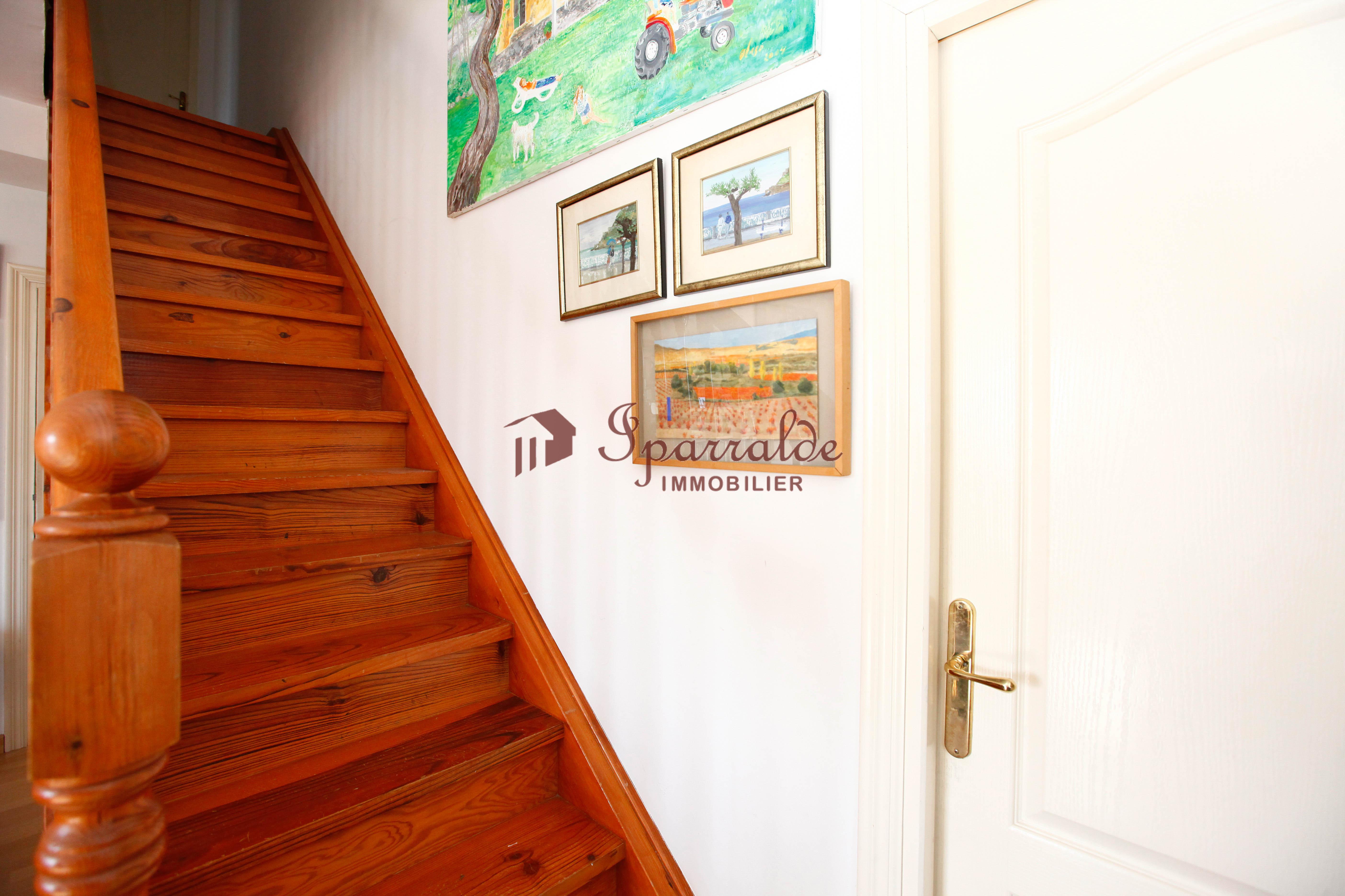 A la venta precioso dúplex de 100m2 con 3 habitaciones, terraza, jardín, piscina comunitaria y magnificas vistas despejadas.