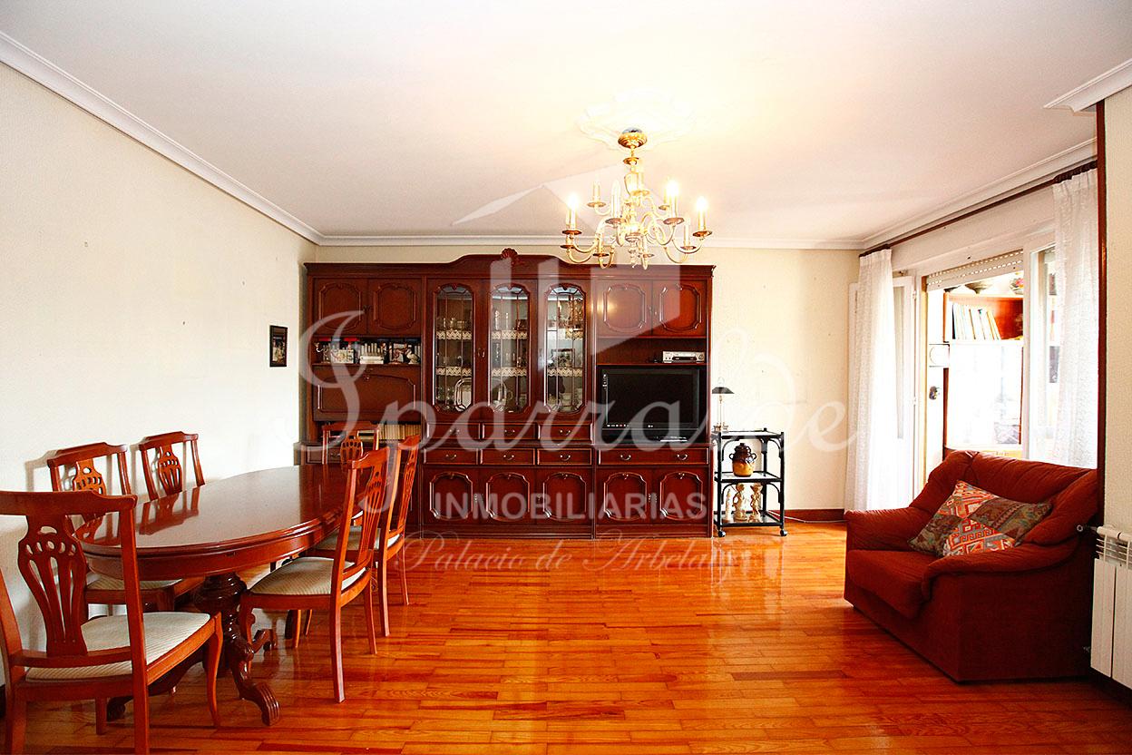 Hermoso  y despejado piso de tres habitaciones,  justo enfrente del colegio Lekaenea de Irún. Disponible raya de garaje, debajo del edificio por 20.000 €.