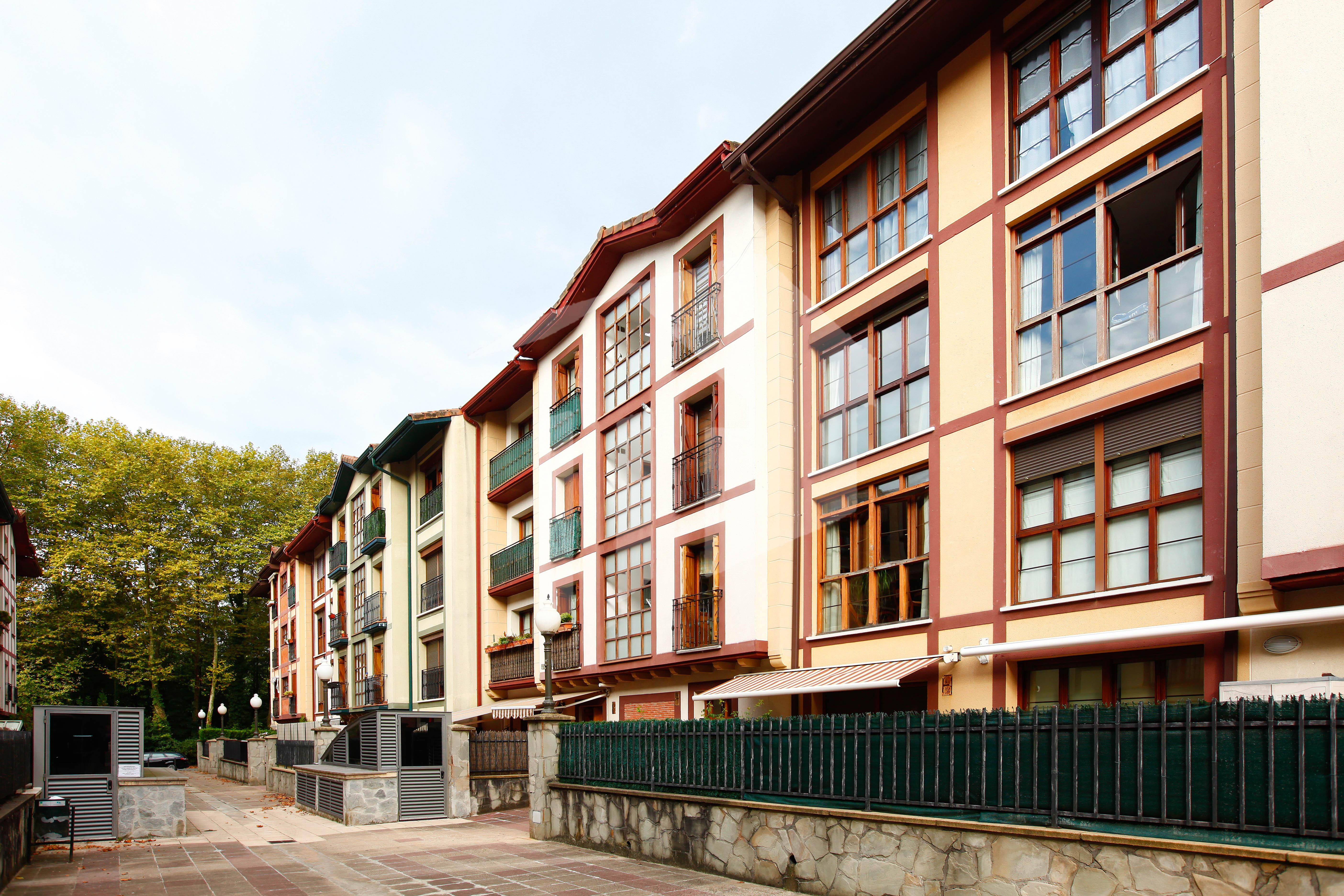 Precioso piso en poblado de Urdanibia. El piso, de 103,63 m2, es ideal para familias, por estar ubicado en una zona tranquila y agradable, y rodeado de parques y zonas verdes.