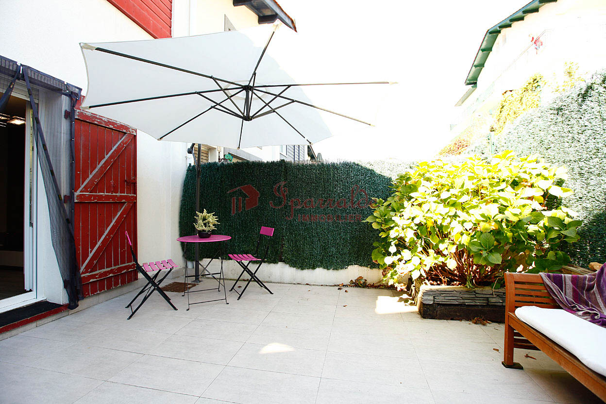 Bonita vivienda adosada, impecable, para entrar a vivir, 3 habitaciones, terraza y dos garajes cerrados.