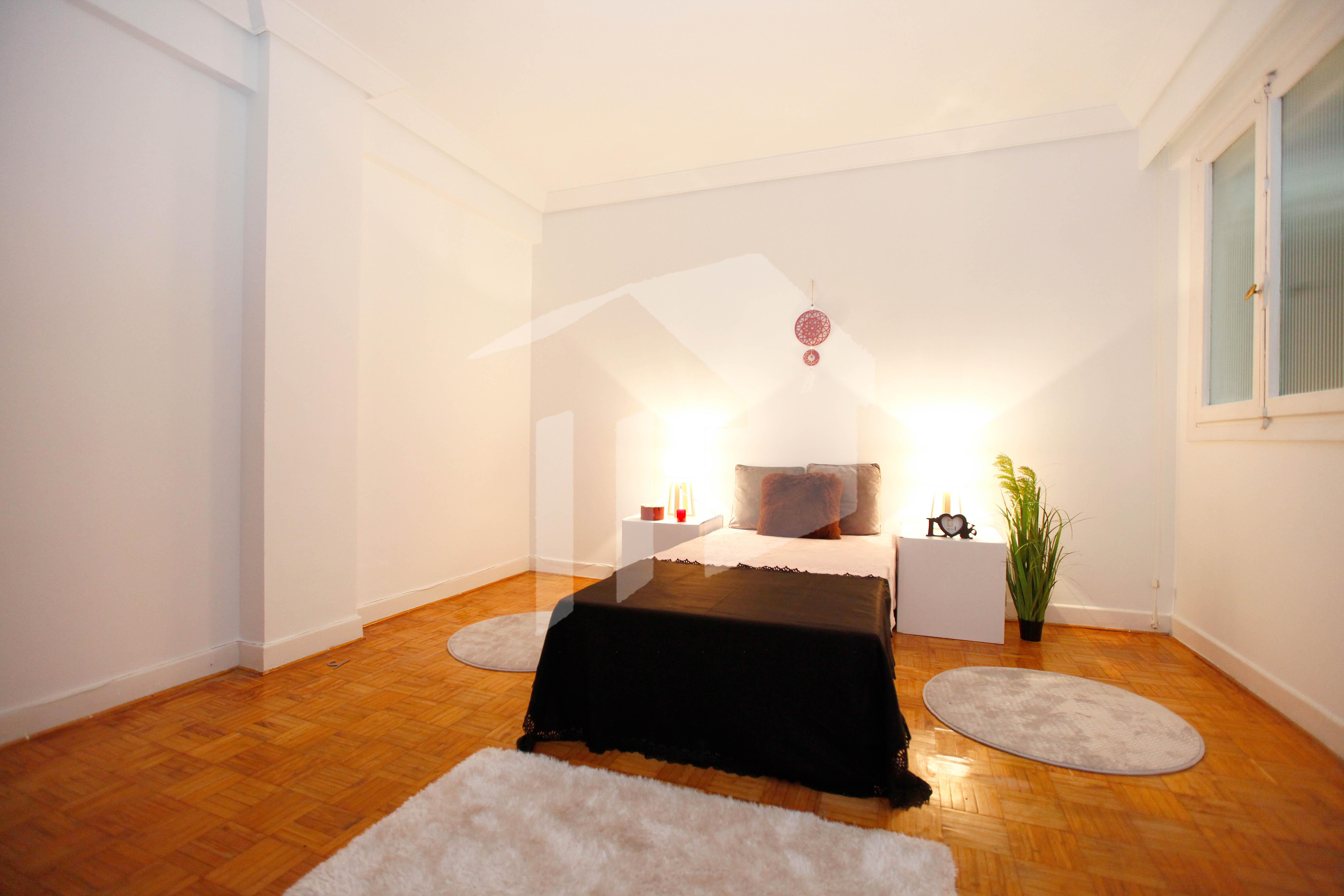 Preciosa vivienda con 3 hermosas habitaciones (dos con salida a bonito balcón), sala-comedor, cocina independiente con salida a coqueta terraza cubierta