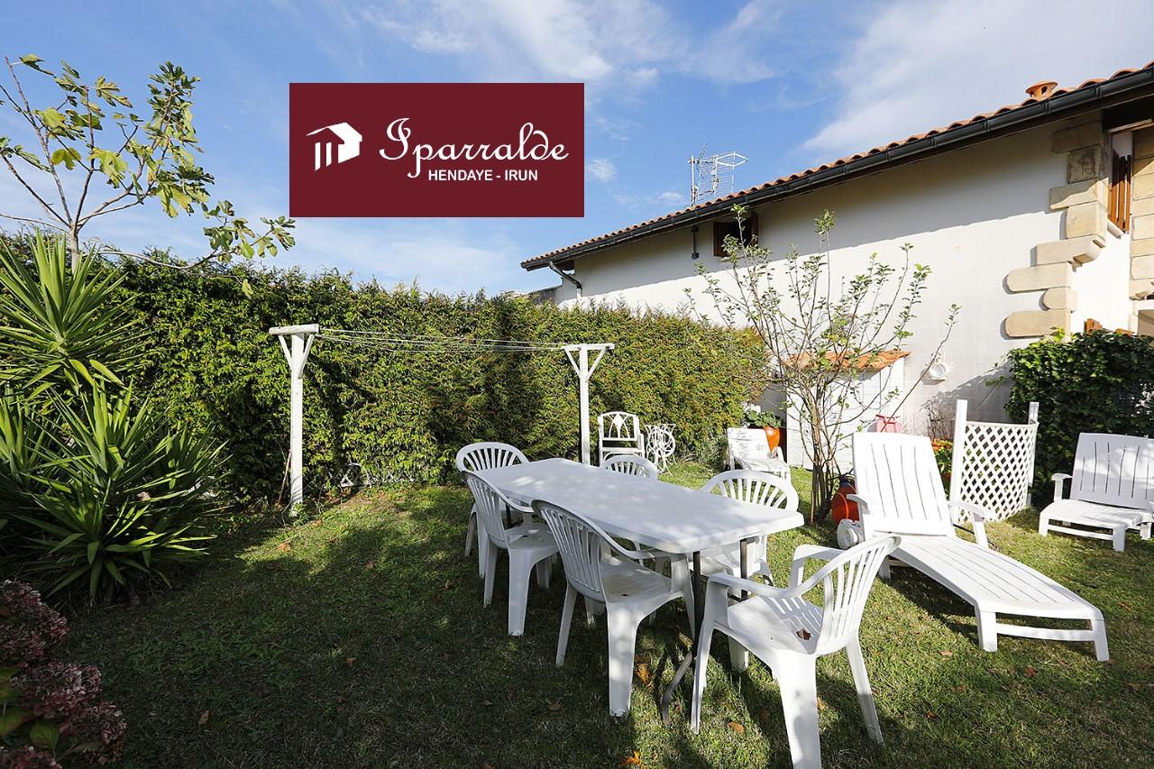 En villa de estilo Vasco con jardín y vistas al mar