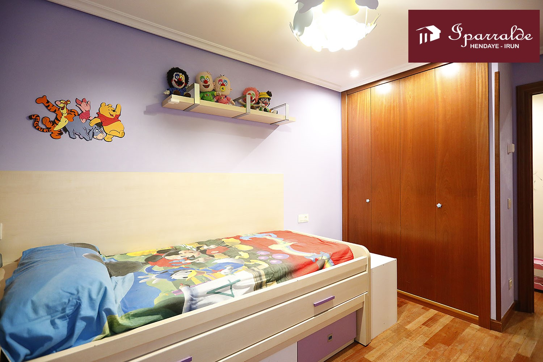 Precioso piso de 3 habitaciones, amplio balcón, buenas vistas y sol.