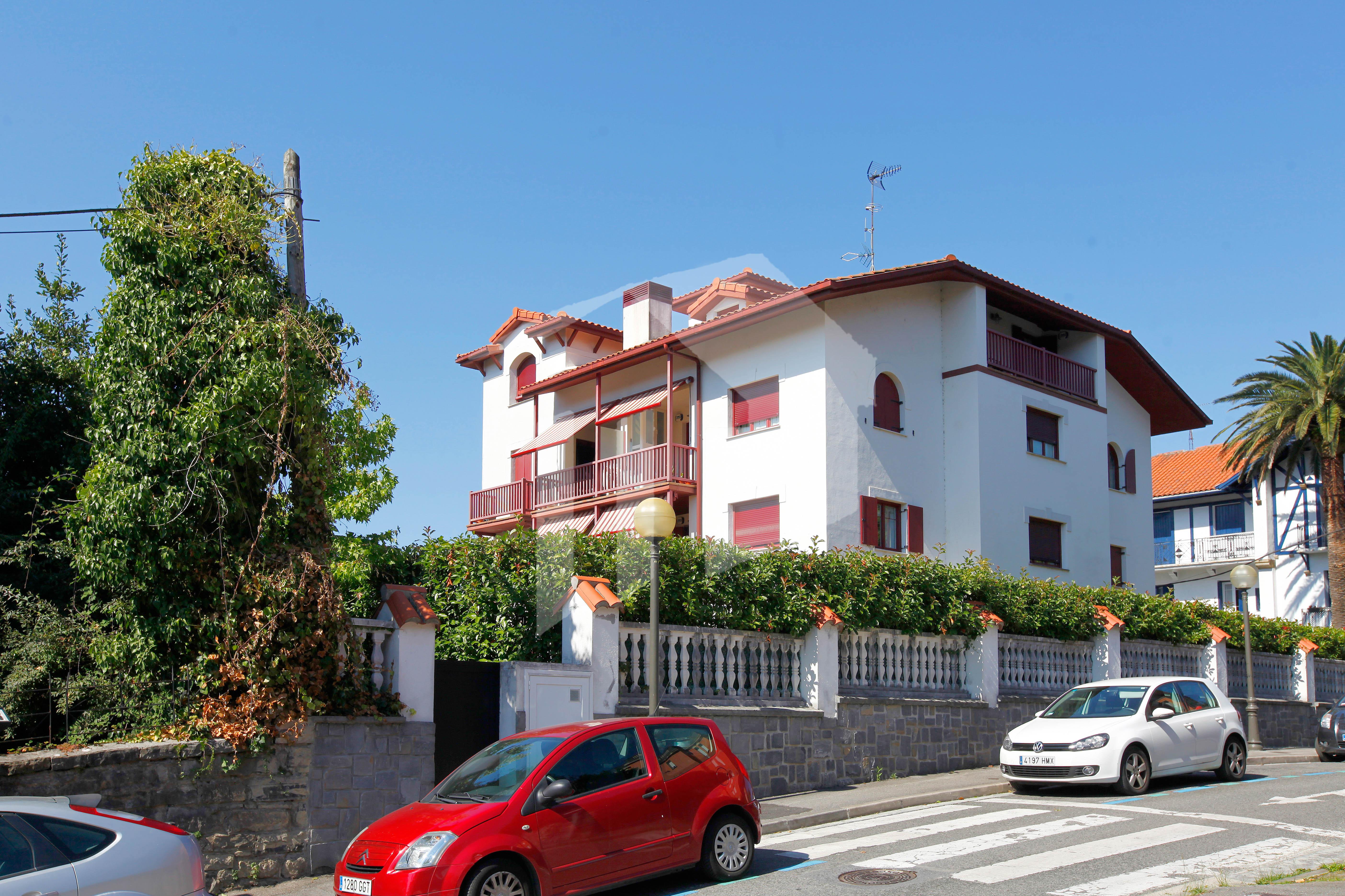 magnifica y luminosa vivienda de 96 m2 const. en 2009, orientada a tres fachadas ( S. E. y O. ) y con espectaculares vistas a toda la ciudad