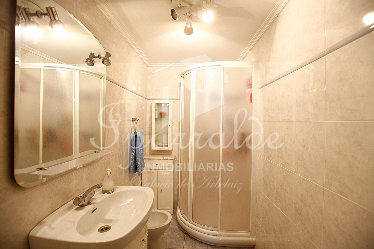 Hermoso  y despejado piso de 90 m2 y 3 habitaciones,  en zona tranquila. Raya de garaje y trastero incluídos en el precio.