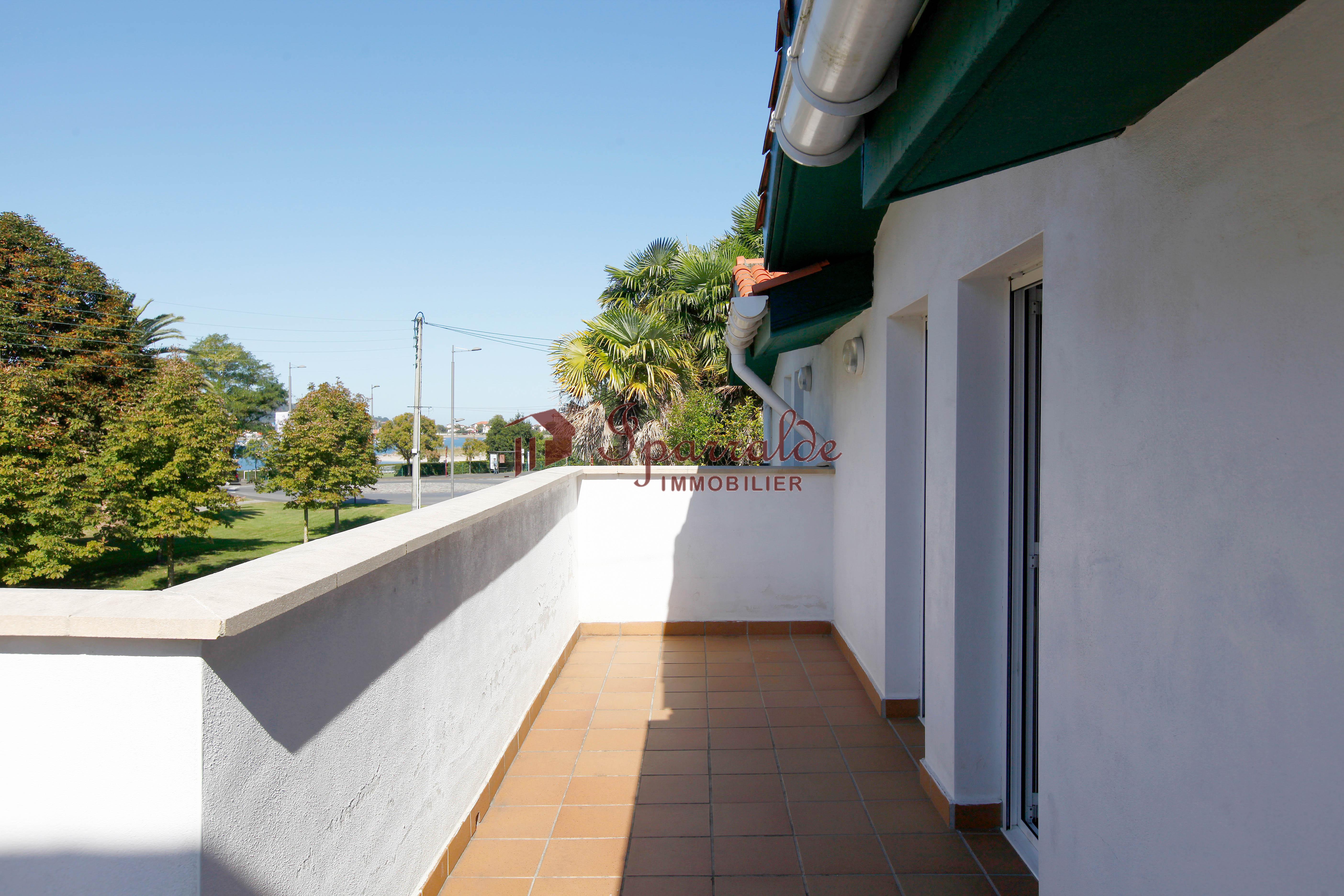 Bonito dúplex de 2 habitaciones situado en la bahía de Txingudi. En planta baja, aseo, cocina cerrada y salón-comedor con acceso a una preciosa terraza con vistas despejadas. En la planta superior, 2 habitaciones, baño y 2 terrazas. Garaje doble cerrado .