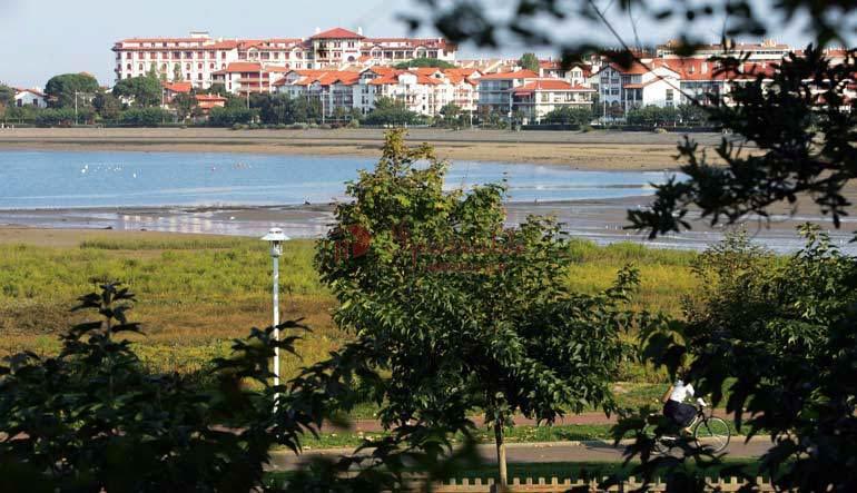 A 1 minuto de la Bahía. Se vende adosado de 115m<sup>2</sup> con 4 habitaciones en el centro de Hendaia, con vistas a la bahía de Txingudi.