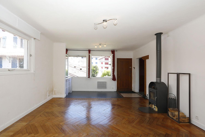 Quiere disfrutar de un jardin privado de 240 m2? Descubra esta vivienda de dos habitaciones y un despacho en pleno centro de Hendaya con Inmobiliaria Iparralde
