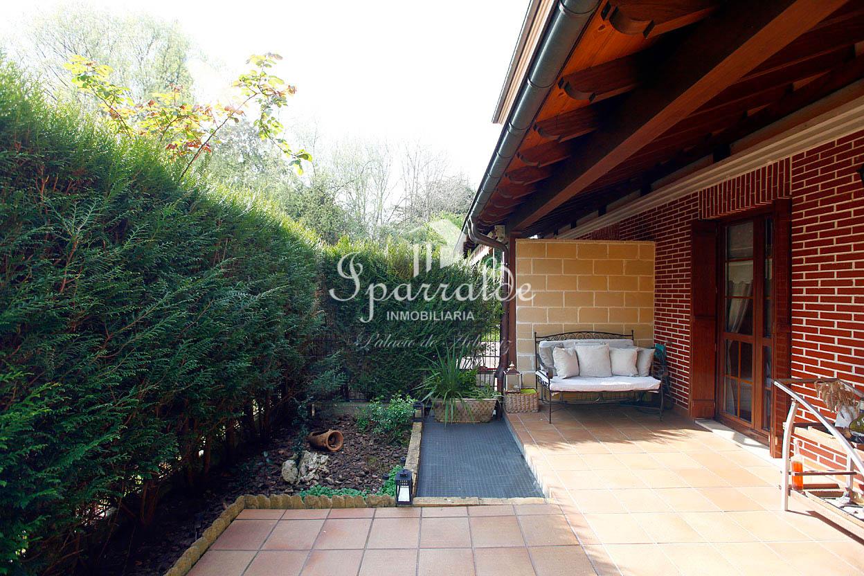 Preciosa villa adosada, de 275 m2, con zona ajardinada y terraza. Garaje doble y txoko. Solicita información sin compromiso.