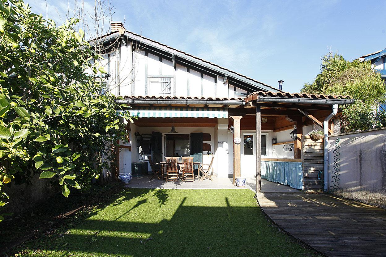 Bonita casa adosada en urbanización con Piscina, frontón, pista de tenis y parque infantil.