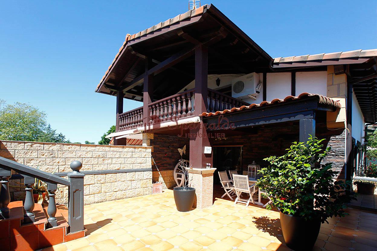 Bonita Villa bifamiliar en zona solicitada y muy tranquila.