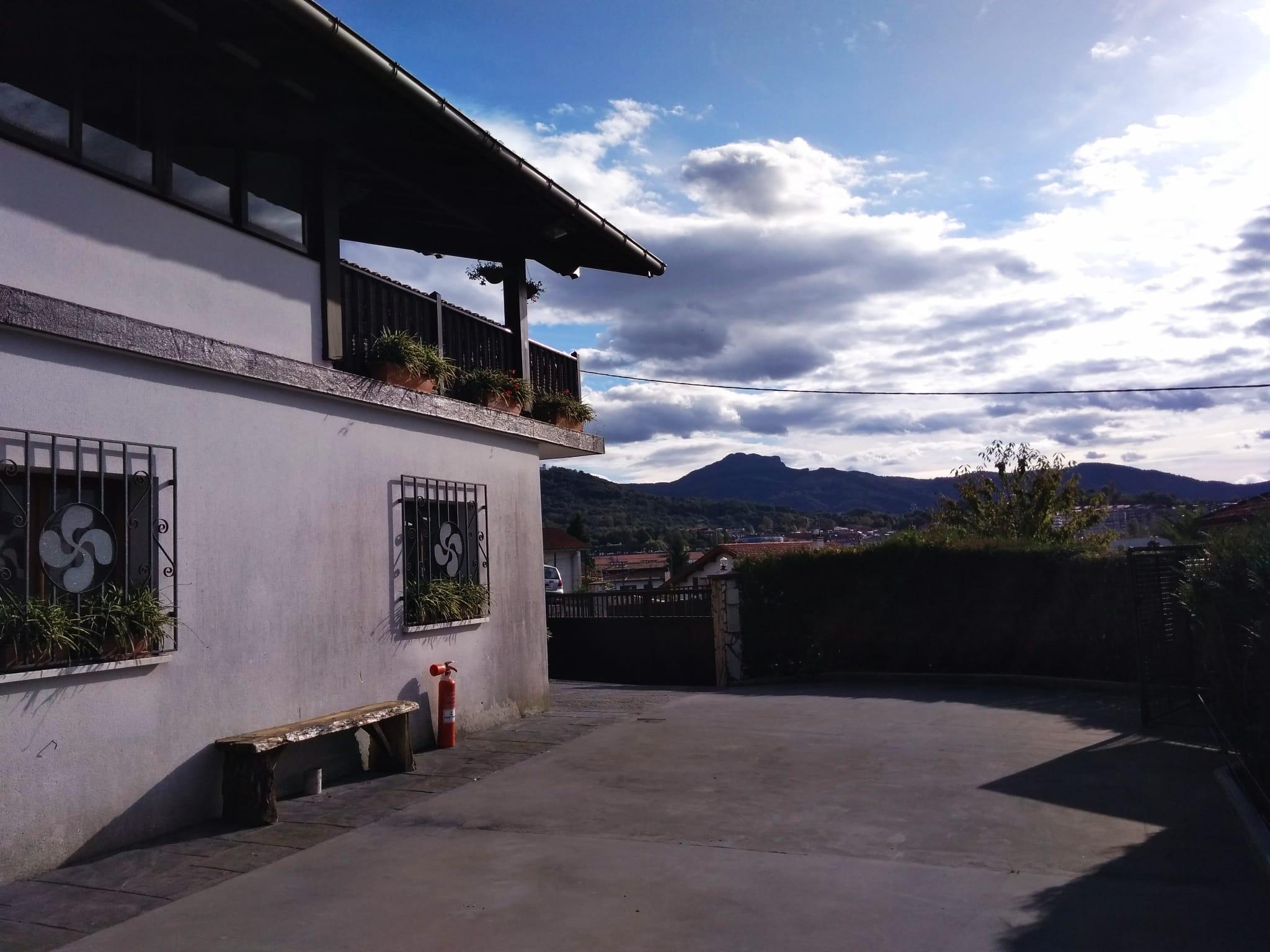 A la venta bonita Villa individual de cuatro habitaciones en Hendaya, en zona tranquila.