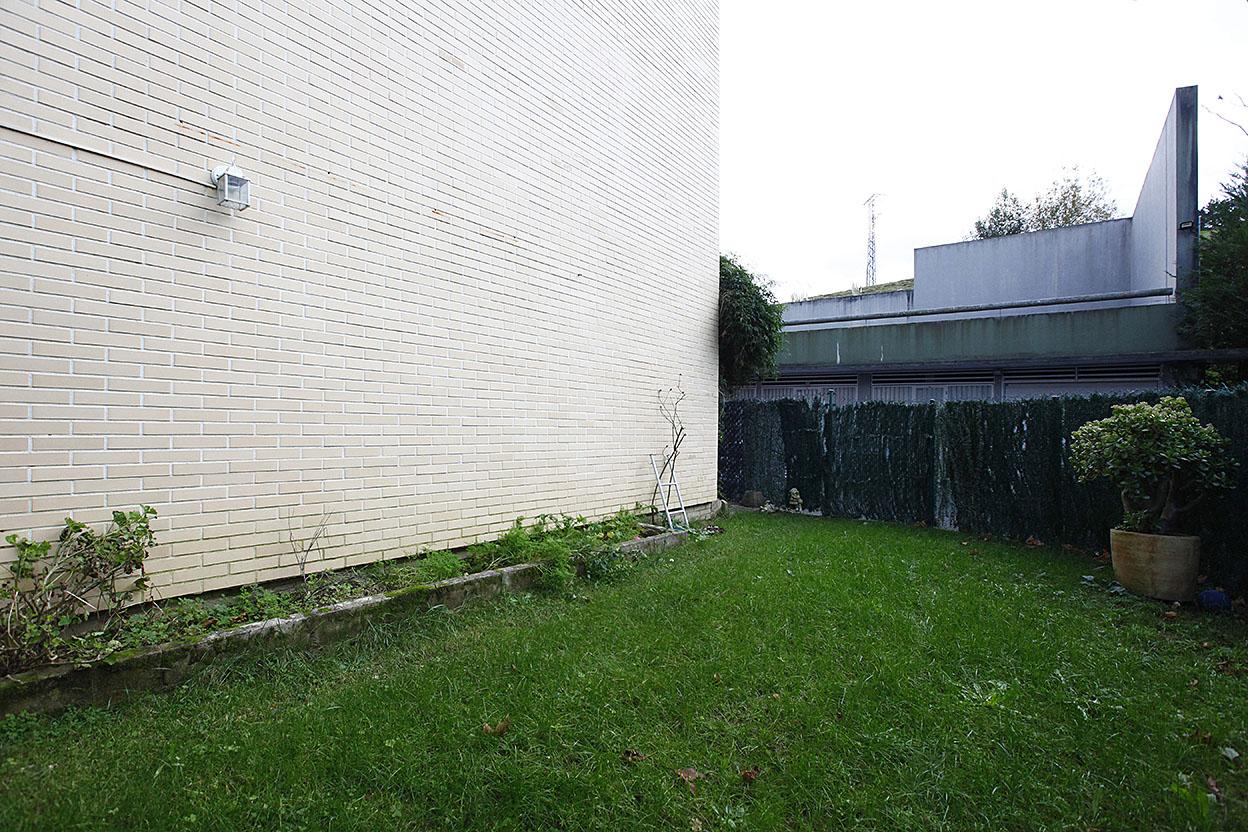 Dúplex en zona residencial de Behobia. Piscina, jardín y campo de fútbol comunitario. Garaje cerrado