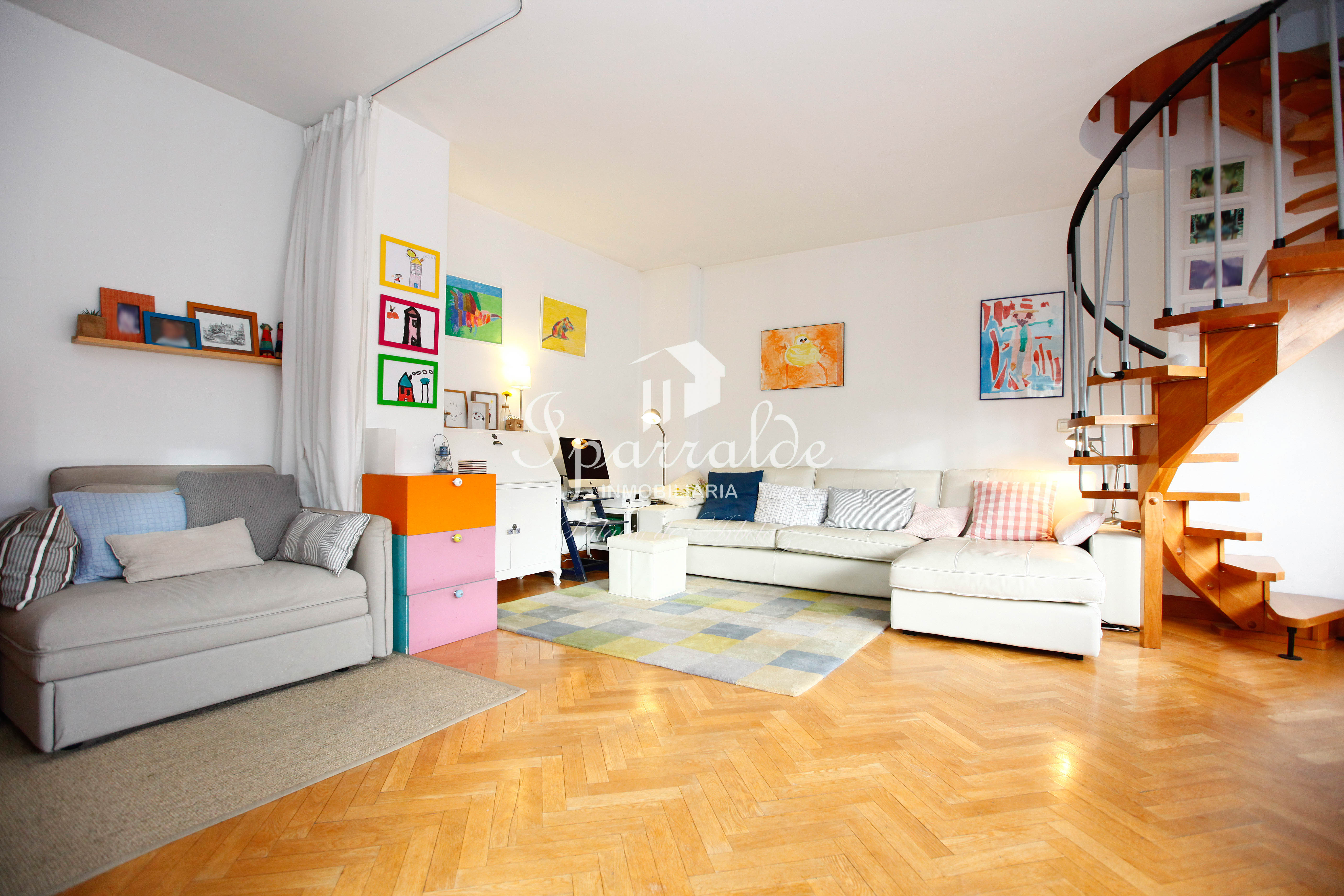 Singular y Exclusiva vivienda de 100 m2 en pleno Centro de Irun, del año 2.000, con espectacular salón de 35 m2